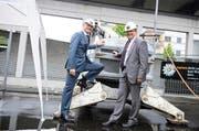 Matthias Michel (links) und Urs Hürlimann beim «besonderen» Spatenstich im Gewerblich- industriellen Bildungszentrum Zug (GIBZ). (Bild Maria Schmid)