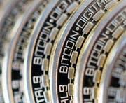 Von der digitalen Bitcoin-Währung gibt es auch «analoge» Versionen. (Bild: Chris Ratcliffe/Getty (Danbury, 10. Dezember 2015))