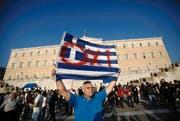 Ein grosses «Oxi», ein griechisches Nein, drohte dieser Demonstrant den EU-Politikern gestern auf dem zentralen Platz in Athen vor dem Parlamentsgebäude an. Umfragen sprechen aber eher für einen Ja-Trend für das Referendum am kommenden Sonntag. (Bild: EPA/Yannis Kolesidis)