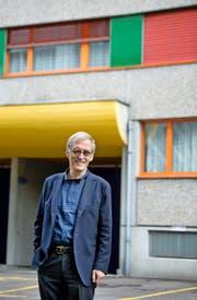 Michael Gnekow am Grimselweg 11 in Luzern. Die Liegenschaft mit 83 Wohnungen hat die Stiftung GSW im letzten Frühjahr erworben. (Bild Eveline Beerkircher)