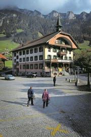 Das Hotel Kurhaus in Flühli ist geschlossen – das traditionelle Mahl am Hirsmändig findet aber trotzdem statt. (Bild: Pius Amrein (26. Oktober 2011))