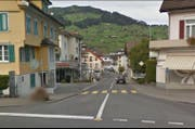 Auf diesem Fussgängerstreifen beim Dorfplatz in Buochs ist der Knabe angefahren worden. (Bild: Google Maps)