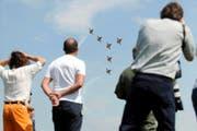 Auch wenn gestern in Emmen kein offizieller Publikumsanlass stattfand: Die Flugfans standen zahlreich am Pistenrand und beobachteten Patrouille Suisse (im Bild), PC-7-Team und Armeehelikopter. (Bild: Boris Bürgisser)