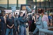 Der Hauptdarsteller des Abends: Kameramann Filip Zumbrunn hatte alle Hände voll zu tun. Rechts: Schauspieler Andri Schenardi. (Bilder: Pius Amrein (Luzern, 11. Juli 2017))