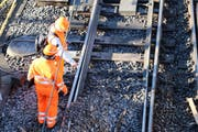 Zwei Experten schauen sich das beschädigte Trassee im Bahnhof Luzern an. (Bild: René Meier (Luzern, 23. März 2017))