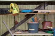 Für die Arbeit im Schrebergarten wird Werkzeug benötigt. (Bild: Dominik Wunderli / Neue LZ)
