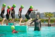 Die Kinder streben das Schwimm-Abzeichen «Krebs» an: Kursleiterin Nalin Pettersson von der Nebikoner Schwimmschule Aqua-Vision beim gestrigen Unterricht im Freibad Zofingen. (Bild Pius Amrein)