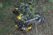 Dieses Motorrad stürzte eine sieben Meter hohe Stützmauer hinab. (Bild: Kantonspolizei Uri)