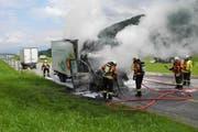 Der ausgebrannte Lieferwagen nach der Intervention der Feuerwehr. (Bild: Kantonspolizei Schwyz)