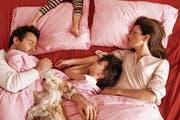 Hier darf jeder mit auf die Matratze, auch der Hund. Andere Eltern wollen ihr Bett ganz für sich haben. (Bild: Stephanie Rausser/Getty)