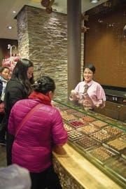 Van Krummenacher-Tran arbeitet in der «Chocolat World» von Bachmann, stammt ursprünglich aus Vietnam und spricht Mandarin. (Bild: Dominik Wunderli (Luzern, 24. Februar 2017))