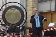 Hans Peter Gmünder, Direktor des Schweizer Paraplegiker-Zentrums, dankt an der Aufrichtefeier den Bauleuten. (Bild: PD)