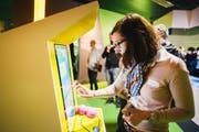 Eine der ersten Besucherinnen testet ein Ausstellungsstück anlässlich der Eröffnung. (Bild: Verkehrshaus der Schweiz / Manuel Lopez PPR (30. März 2017))