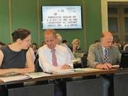 Nicole Imfeld, Claus Soltermann, Karen Umbach und Peter Letter während der Präsenzkontrolle im Zuger Kantonsrat, die seit diesem Jahr elektronisch durchgeführt wird. (Bild: Charly Keiser (29. Juni 2017))