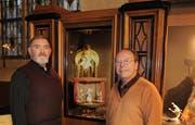Pfarrer Leopold Kaiser und Daniel Riedo (mit Bart), haben einen Beichtstuhl zu einem Schaufenster umfunktioniert. (Bild Boris Bürgisser/Neue LZ)