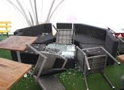 Die Männer warfen Möbel um und zerschlugen Glasplatten. (Bild: PD)