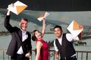 Benjamin Landolt (links), Tamar Krieger (Mitte) und David Guntern freuen sich über ihr Diplom. (Bild: PH Luzern / Matthias Jurt)