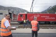 Experten untersuchen die Lokomotive im Bahnhof Andermatt. (Bild: Urs Flüeler / Keystone (Andermatt, 11. September 2017))
