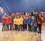 Die Udligenswiler Schüler in Rot halten den Pokal in die Höhe. (Bild: PD)