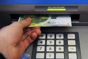 Einen Bargelddiebstahl verübte der Täter ab einem Bankomaten. (Symbolbild Neue LZ)