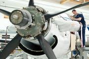Mechaniker arbeitet an einer PC-12 der Pilatus Flugzeugwerke. (Bild: Boris Bürgisser)