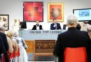 Auktionator Kuno Fischer (rechts) während einer Versteigerung zu moderner und zeitgenössischer Kunst im Jahr 2012 in Luzern. (Bild Eveline Beerkircher)
