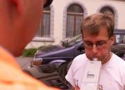 Ein Automobilist wird auf Alkohol getestet. (gestellte Aufnahme, Bild Dorothea Müller/Neue LZ)