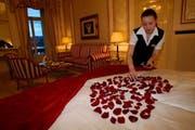 Die Hotelfachfrau Fabienne Ottiger schmückt ein Hotelzimmer im Hotel National mit Rosenblättern für den Valentinstag. (Archivbild Fabienne Arnet/Neue LZ)