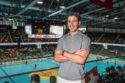 Raphael Diaz sieht sich am Freitag in der Bossard-Arena die Partie der Schweizer gegen die USA an. In der EVZ-Heimstätte ist der NHL-Profi im Sommer öfters anzutreffen. (Bild Christian Herbert Hildebrand)