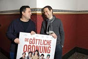 Reto Schaerli (links) und Lukas Hobi präsentieren das Filmplakat ihres jüngsten «Babys». (Bild: Eveline Beerkircher (Luzern, 9. Februar 2017))