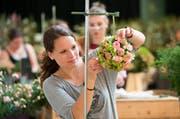 Daria Dober aus Ettiswil während der Abschlussprüfung zur Floristin. (Bild: Eveline Beerkicher / Neue LZ)