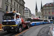 Der Bus wird abgeschleppt. (Bild Boris Bürgisser/Neue LZ)