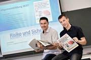 Die Lehrer Peter Wyss (links) und Rolf Bachmann, hier in der Berufsschule für Bau und Gewerbe Weggismatt in Luzern, haben eine Präventionszeitung entwickelt, um die Zahl der Berufsunfälle von Lehrlingen zu senken. (Bild Pius Amrein)