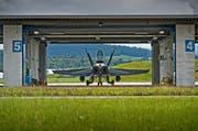 Ein F/A-18 im Hangar auf dem Militärflugplatz Emmen. (Archivbild Pius Amrein)
