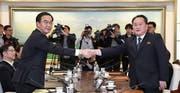 Historischer Handschlag zwischen Südkoreas Chefunterhändler Cho Myoung Gyon (l.) und Nordkoreas Chefunterhändler Ri Son Gwon (r.) gestern in Panmunjom. (Bild: Jung Ui Chel/EPA)