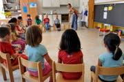 Der erste Schultag. Diese Kinder sitzen erstmals in Schulzimmer. (Bild: Keystone)