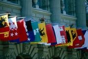 Sämtliche Kantonsflaggen hängen am Bundeshaus in Bern. (Symbolbild NFA) (Bild: Keystone)