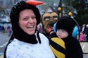 Rund 200 bis 300 Kinder genossen einen herrlichen Fasnachtsumzug. Ein ganz kleiner Teilnehmer mit seinem Mami. (Bild: Richard Greuter (Ennetbürgen, 9. Feb. 2018))