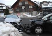 Die beiden Personenwagen nach der Kollision in Rothenthurm. (Bild: Kantonspolizei Schwyz)