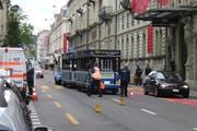 Wegen des Unfalls musst der Verkehr auf der Haldenstrasse während rund einer Stunde einspurig geführt werden. Das führte zu Rückstau. (Bild: Sandro Portmann / Neue LZ)
