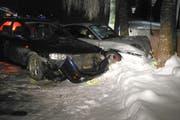Die Fahrt endete in einer Kollision mit Mauer, Baum und Fahrzeug. (Bild: Kantonspolizei Schwyz)