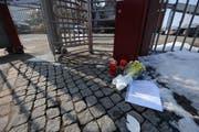 Am Tag danach: Kerzen, Blumen und ein Brief liegen vor dem Haupteingang der Firma Kronospan. (Bild: Eveline Beerkircher / Neue LZ)
