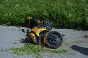 Das Motorrad liegt nach der Streifkollision beschädigt auf der Sustenpassstrasse. (Bild: Kantonspolizei Uri)