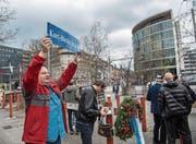 Schmiedezünftler bei der Kranzniederlegung am Pilatusplatz. (Bild: Nadia Schärli (Luzern, 26. März 2017))