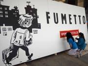 Rosmarie Do (links) und Frieda Gisyn ziehen beim Fumetto-Logo die Konturen (Bild: PD/Luzernermaler)