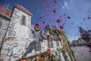 Die Trienger Burgherren der Fröschenzunft liessen die Konfetti regnen. (Bild: Pius Amrein (13. Februar 2018))