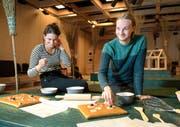 Alles für die Hexe: Regisseur Lennart Hantke (rechts), Bühnenbildnerin Lea Burkhalter. (Bild: Corinne Glanzmann)