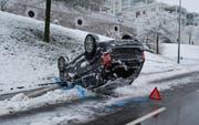 Auf der Schädrütistrasse in der Stadt Luzern landete ein Auto auf dem Dach. (Bild: Luzerner Polizei)