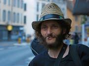 Strassenmusiker Daniele im Dok-Film «Rue de Blamage» über die Baselstrasse in Luzern. (Bild: PD)