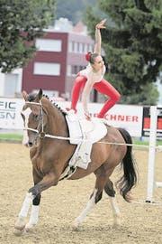 Deborah Hermann richtet sich auf dem Pferderücken auf. (Bild: Corinne Glanzmann (Luzerner Zeitung))